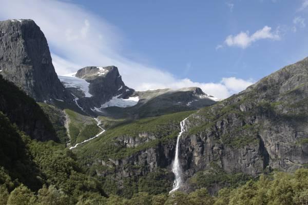 灰色和绿色山与瀑布在蓝天下,挪威高清壁纸