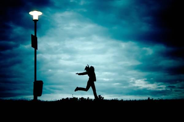 人剪影摄影的一个人在室外附近的地面上跳跃高清壁纸