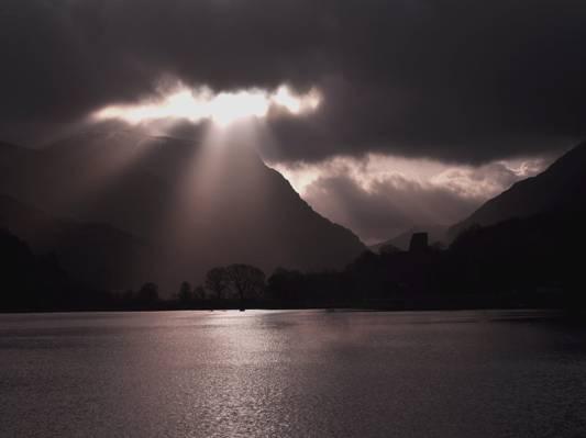 在黑暗的云彩下的高山风景摄影在白天高清壁纸