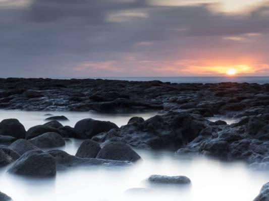 在日落,拉斯·萨利纳斯高清壁纸在水附近的灰色岩层