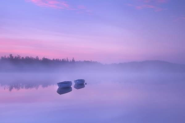 摄影的两个白色的外侧船上的水的高清壁纸的身体