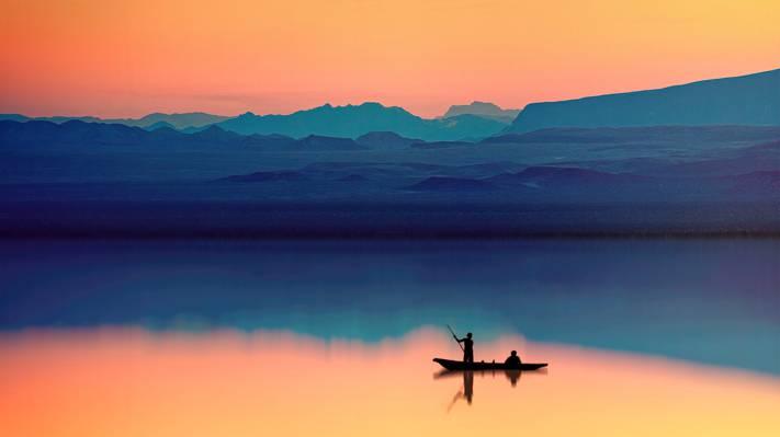 唯美黄昏下的湖面风景