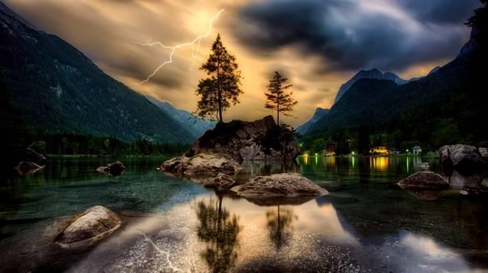 水覆盖着多云的天空下山的身体高清壁纸