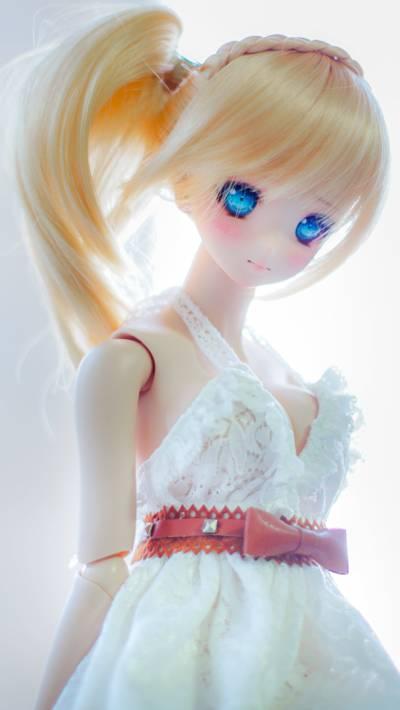 白色打扮女孩娃娃高清壁紙