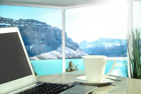 在白色陶瓷茶杯旁边的银色膝上型计算机HD墙纸