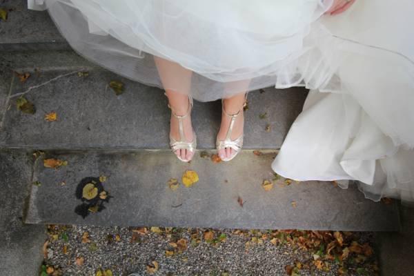 女人在白色的婚礼礼服,站在灰色的水泥地板上的特写照片高清壁纸