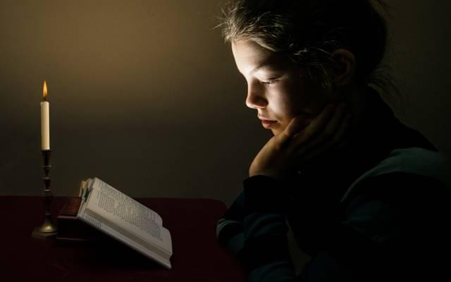 女孩,蜡烛,书