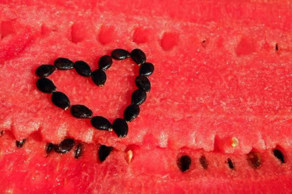 西瓜种子特写镜头摄影形成了心脏标志高清壁纸