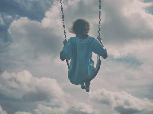 女孩坐在秋千下灰色云高清壁纸的白衬衫