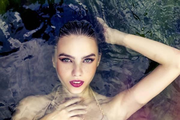 浮在水面上的女人高清壁纸