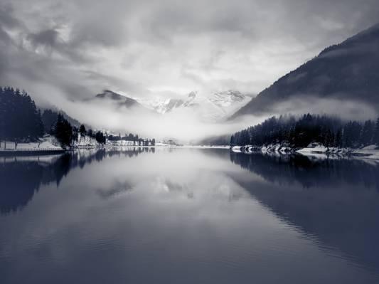 灰度和覆盖在雾高清壁纸的雪山的全景照片