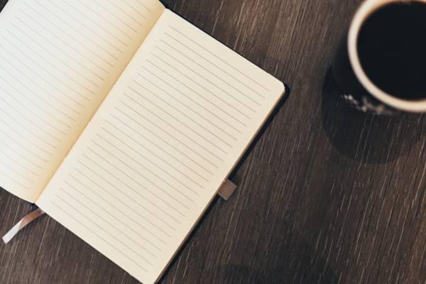 陶瓷杯附近桌子上的书高清壁纸