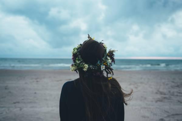 在nimbostratus云高清壁纸下站在海洋的女人