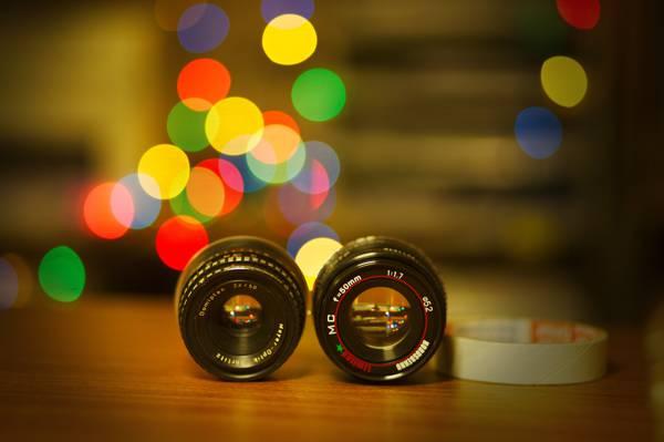 两个黑色变焦镜头的选择性焦点摄影覆盖棕色木桌高清壁纸