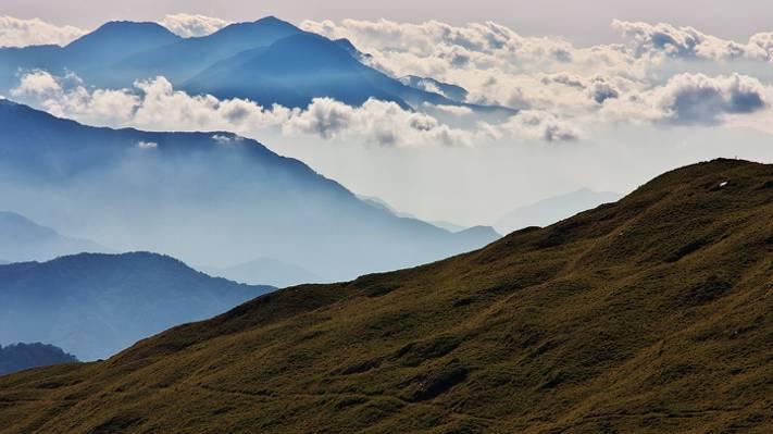绿色的山顶下白色的多云的天空白天,hehuanshan高清壁纸