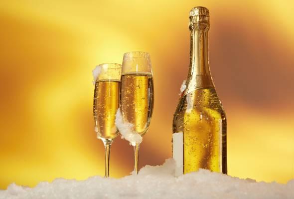 葡萄酒瓶与两个香槟长笛顶碎冰碎冰高清壁纸
