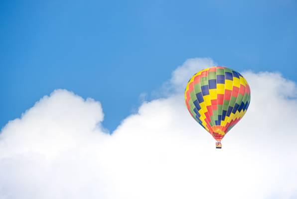 黄色蓝色和绿色热气球飞近白云高清壁纸