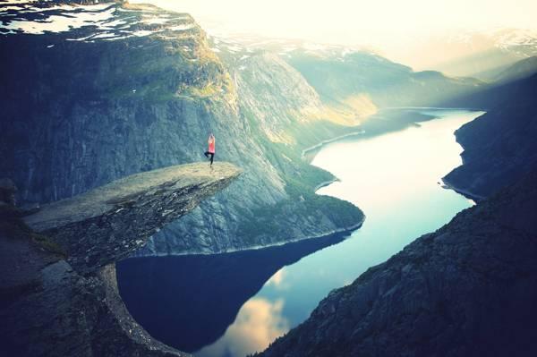 摄影的人做瑜伽姿势附近的悬崖高清壁纸