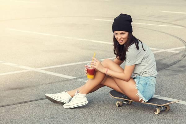 图,沥青,腿,t恤,帽子,运动鞋,短裤,黑发,鸡尾酒,女孩,滑冰,玻璃,滑板