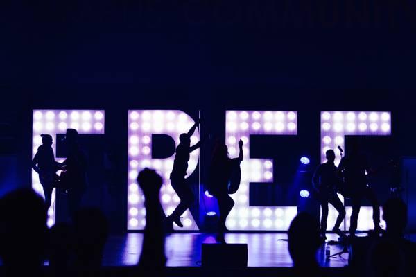 一群人在舞台高清壁纸上跳舞