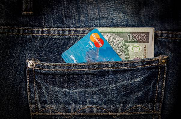 磁条卡和钞票在蓝色牛仔裤底部后面口袋高清壁纸