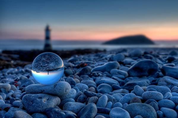 在金黄小时高清壁纸灯塔附近的灰色石头上的球