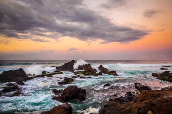 多云的天空下的水体包围的岩层风景摄影高清壁纸