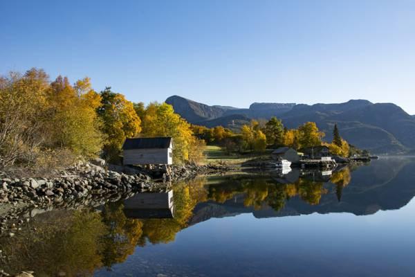 挪威的Midtgulen,松恩和Fjordane,挪威的峡湾,山脉,倒影,房屋