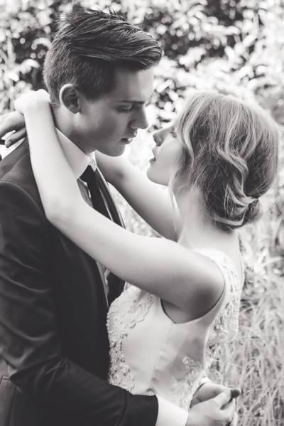新娘和新郎跳舞高清壁纸的灰度照片