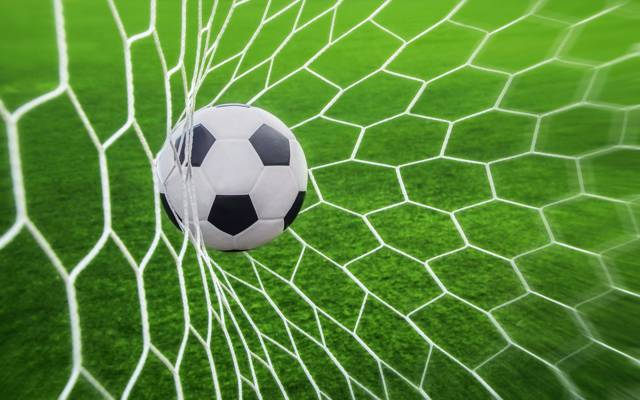 足球射门的图片