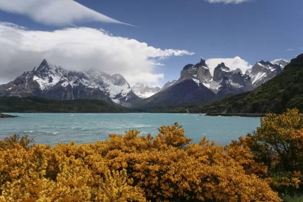 湖和山与树高清壁纸的风景照片