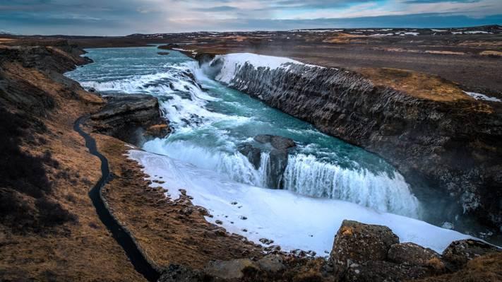 岩层,冰岛高清壁纸之间的瀑布