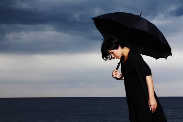 女人拿着黑色的雨伞高清壁纸