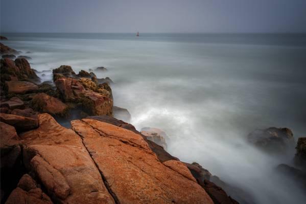 棕褐色的岩石上的水,低音港头灯塔,tremont,缅因州高清壁纸