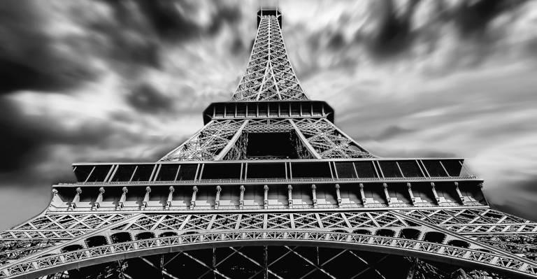 艾菲尔铁塔的高清壁纸的灰度肖像