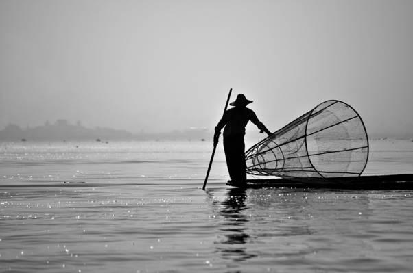 人在船上白天高清壁纸水体的轮廓