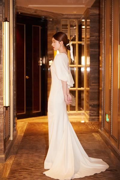 赵露思白色修身礼服