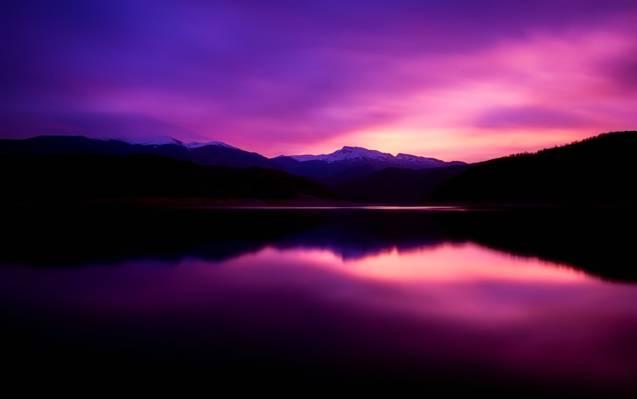 在黎明高清壁纸期间山附近的身体的视图