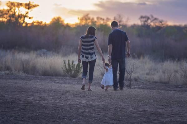 男人和女人与孩子高清壁纸的选择性焦点摄影