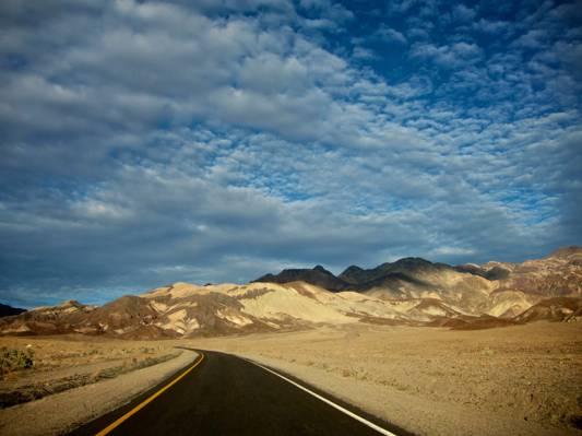 在多云的白天高清壁纸过山路的照片
