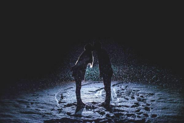 女人和男人亲吻剪影高清壁纸的照片