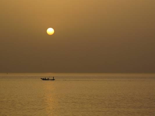 船在日落,达喀尔,塞内加尔高清壁纸上的剪影