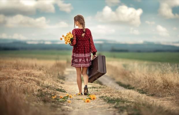 一个人去旅行的背影