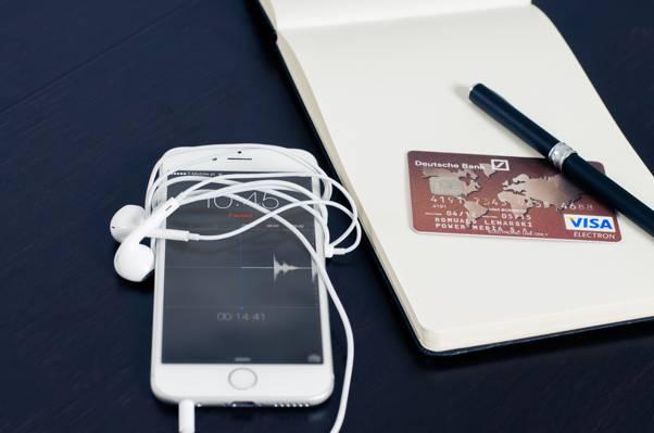带耳机高清壁纸的银色iPhone