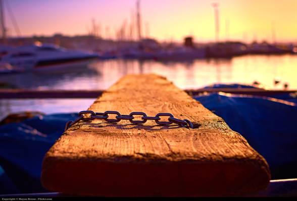 棕色木材与金属链附近海上高清壁纸