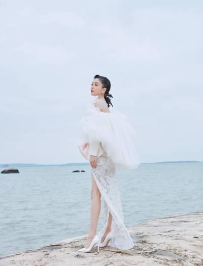 佟丽娅海边迷人写真