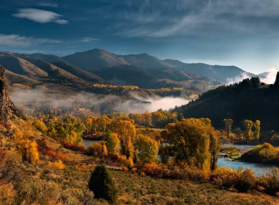 河之间的蓝色多云的天空下的棕色树山脉高清壁纸