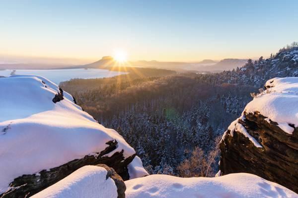 日出时冰川山的照片高清壁纸