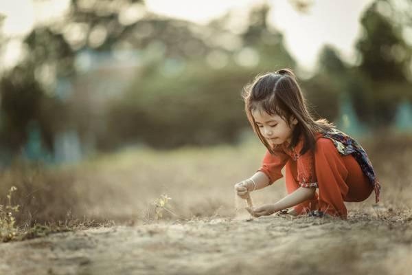 特写摄影的女孩玩沙高清壁纸