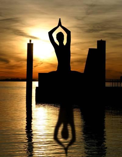 在日落的高清壁纸做瑜伽姿势的人的轮廓